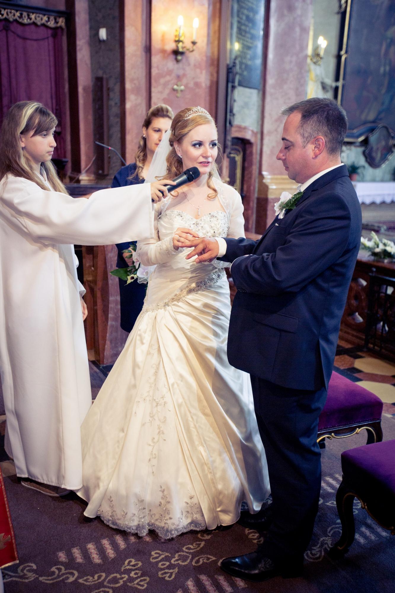 ee503c8f9d A templomi szertartás fotózásakor igyekszünk a lehető leghamarabb  elkészíteni a megfelelő képet a meghitt pillanatokról, mint például a papi  áldás, ...